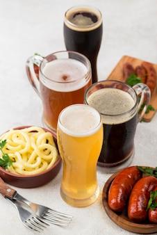 Canecas de cerveja de ângulo alto e comida saborosa
