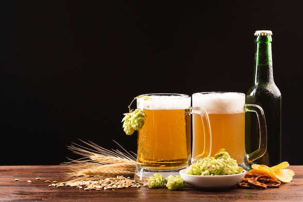 Canecas de cerveja de close-up com ingredientes