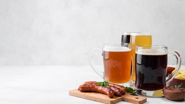 Canecas de cerveja deliciosas e salsichas