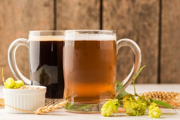 Canecas de cerveja e arranjo de sementes de trigo