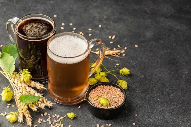 Canecas de cerveja e sementes de trigo de alto ângulo