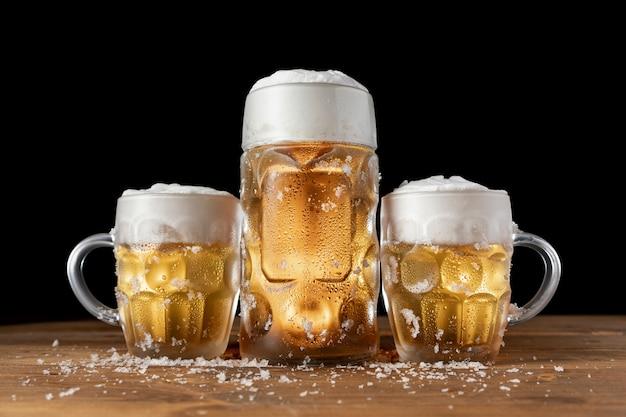 Canecas de cerveja tradicional da baviera em uma tabela