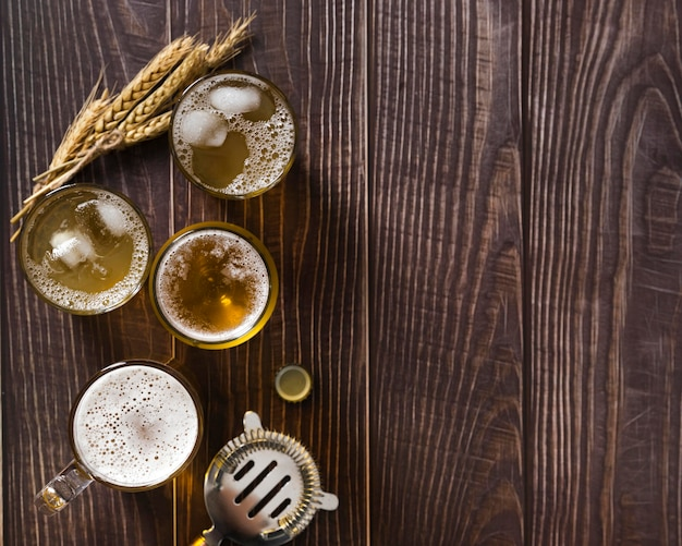 Canecas de cópia-espaço com cerveja