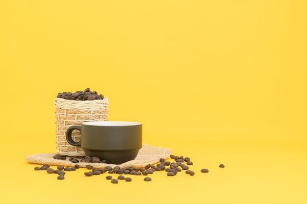 Canecas e grãos de café, bebidas energéticas