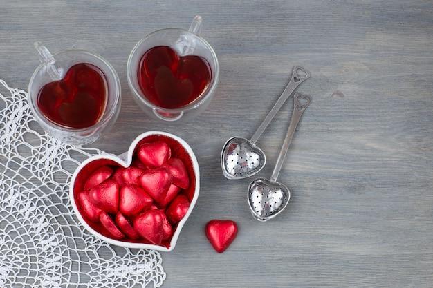 Canecas em forma de coração chá de frutas, doces em forma de coração
