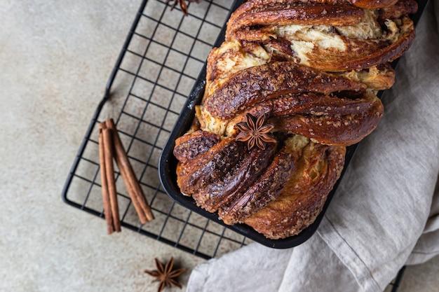 Canela babka ou pão torrado de brioche