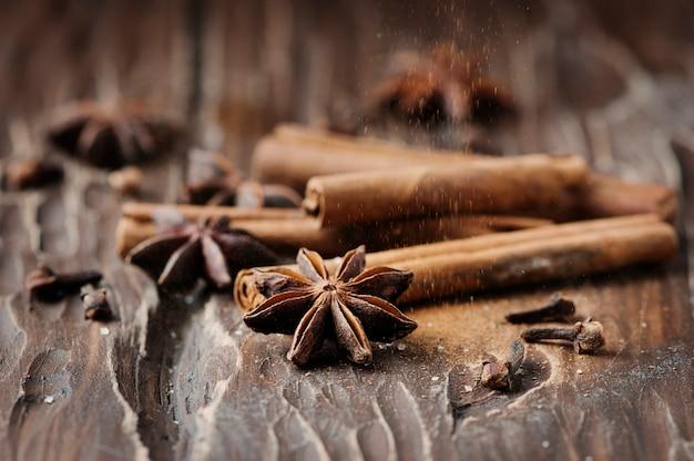 Canela e anis em cima da mesa de madeira
