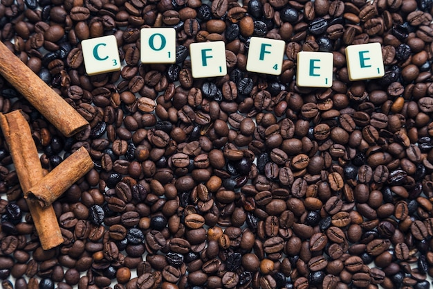 Canela e escrita em grãos de café