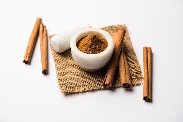 Canela em pó e paus também conhecidos como dalchini ou dalcheenee masala da índia, foco seletivo