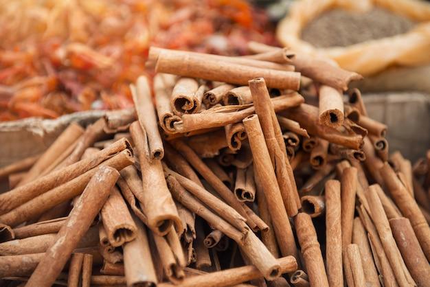 Canela no mercado indiano de especiarias