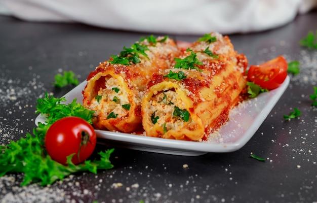 Canelone com espinafre e molho de tomate de carne ricota