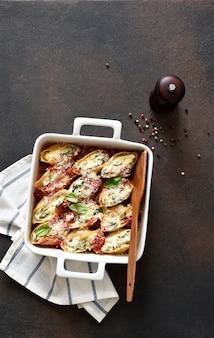 Canelones com ricota e espinafre no molho de tomate com parmesão. massa assada com ricota.