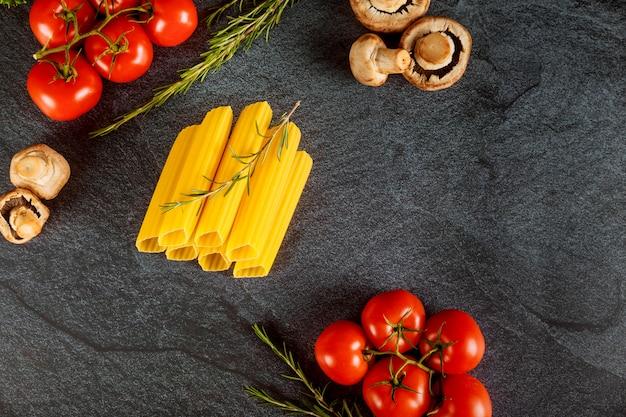 Canelones secam massas com cogumelos e tomates. cozinha italiana.