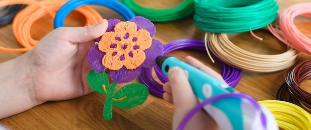 Caneta 3d com fios e flor de plástico
