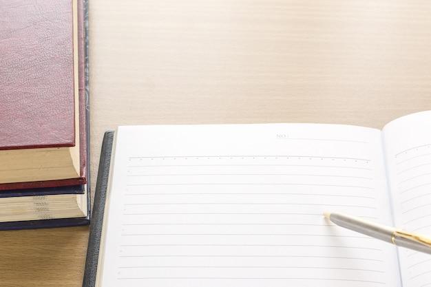 Caneta colocar no caderno abrir a página em branco