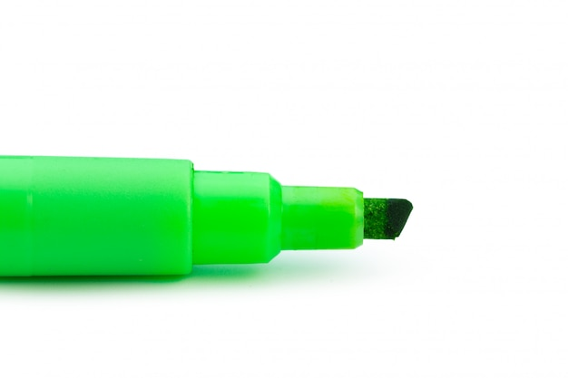Caneta com ponta de feltro verde isolada no fundo branco