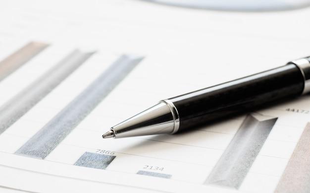 Caneta de close-up no relatório financeiro