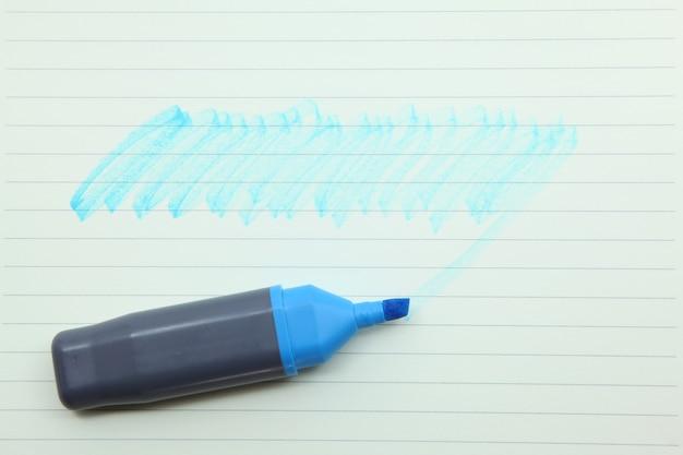 Caneta de marcador em um papel vintage em branco, seu texto pode ser adicionado na área colorida