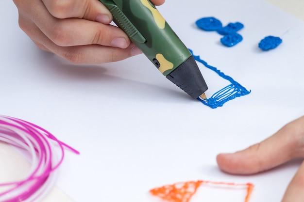 Caneta de punho 3d. plástico colorido em bobinas. atividade de educação hahdmade.