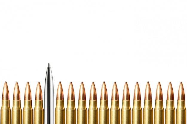Caneta e balas redondas sobre fundo branco. conceito de jornalismo e blogueiro. copie o espaço.