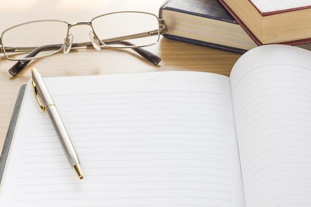 Caneta e caderno abrir a página em branco