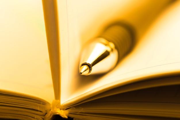 Caneta e caderno close-up