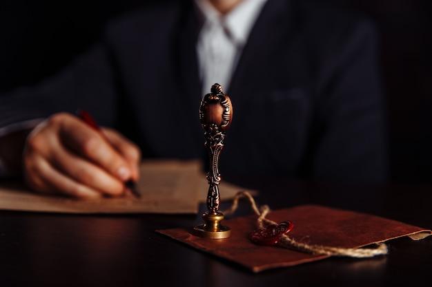 Caneta e carimbo públicos do tabelião em testamento e testamento. documentos aprovados da pessoa em exercício