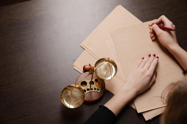 Caneta e carimbo públicos do tabelião em testamento e testamento. ferramentas do notário público