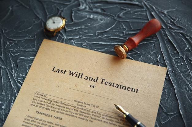 Caneta e carimbo públicos do tabelião no testamento e no testamento. ferramentas de notário