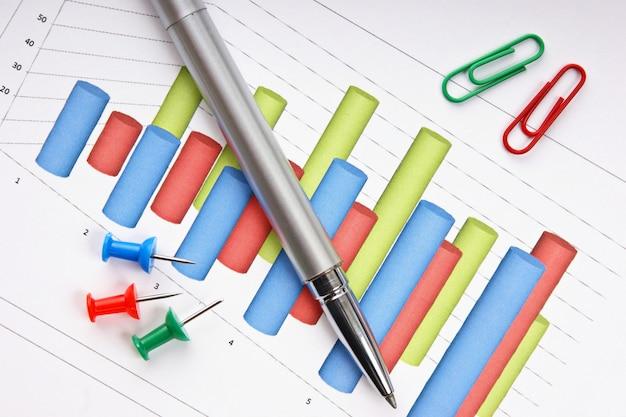 Caneta e o documento de trabalho com um diagrama
