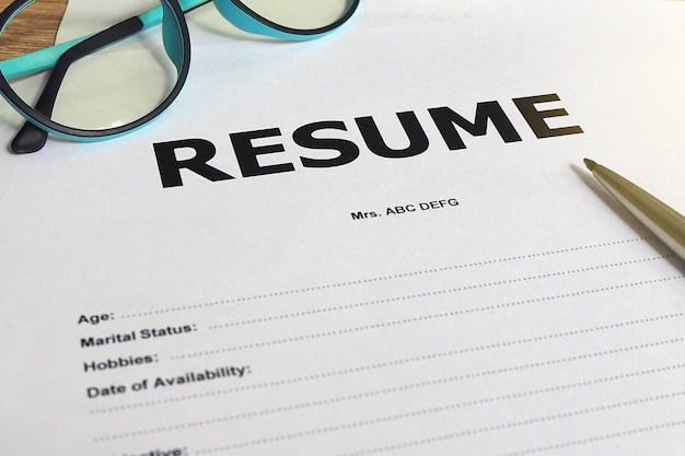 Caneta e óculos de pedido de emprego.