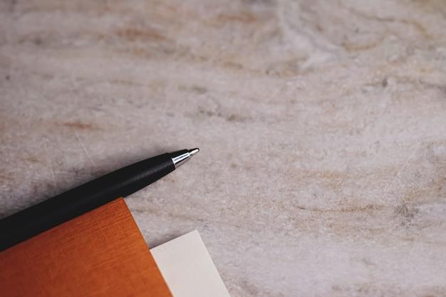 Caneta e papéis como papelaria de escritório, closeup