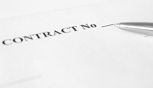 Caneta e papéis do contrato. copie o espaço