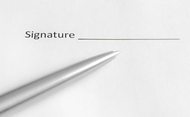 Caneta e papéis do contrato na mesa. copie o espaço
