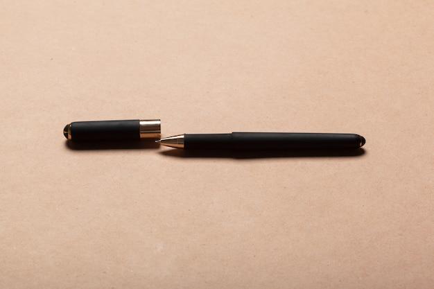Caneta esferográfica de luxo preto em bege