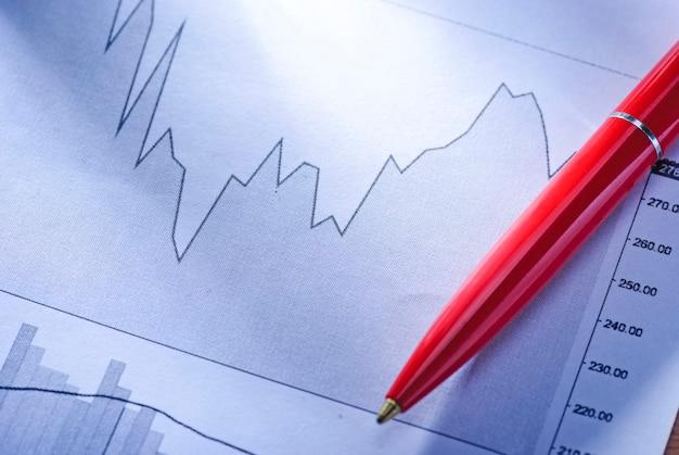 Caneta esferográfica em um gráfico estatístico flutuante