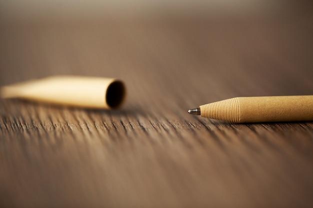 Caneta esferográfica na mesa de madeira