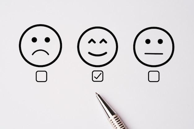 Caneta metálica estendida depois de fazer pesquisa de satisfação do cliente após o uso do produto e serviço, conceito de pesquisa de satisfação do cliente.