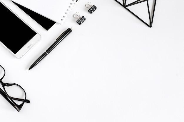 Caneta, óculos, caderno, planta de suculentas, ferramentas de escritório, plana leigos sobre um fundo branco