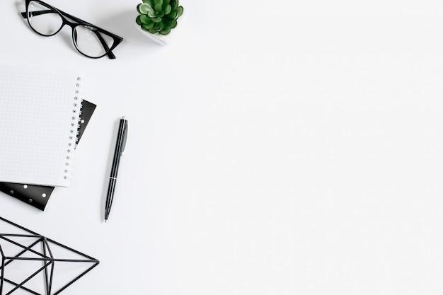 Caneta, óculos, caderno, planta de suculentas, ferramentas de escritório