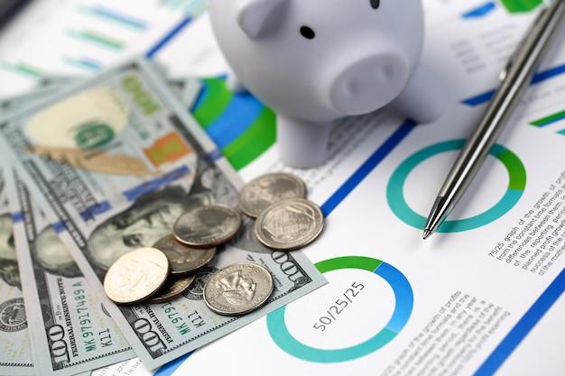 Caneta prata deitado na mesa dinheiro dólar parcelas