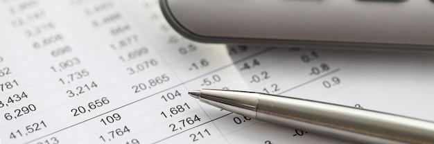Caneta prata encontra-se no relatório com números, calculadora. público-alvo da análise preliminar. o investidor investe nesse projeto de investimento. escolhendo produtos ou novos negócios para entrar no mercado
