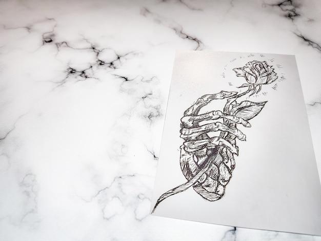 Caneta preta à mão livre desenhando um esboço masculino áspero com as mãos humanas cruzadas