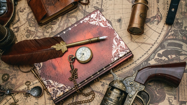 Caneta quill com livro diário