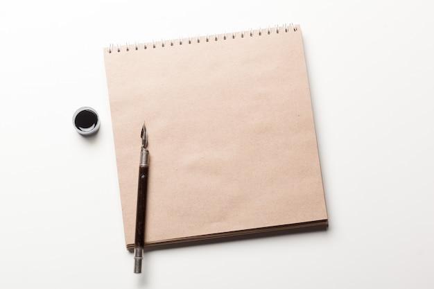 Caneta-tinteiro antiga em papel envelhecido