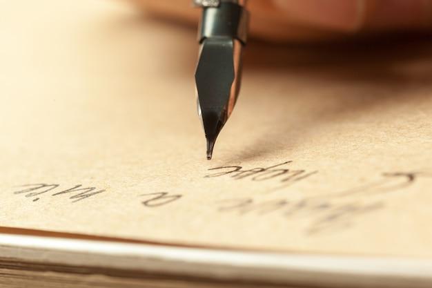 Caneta-tinteiro antigo escrevendo