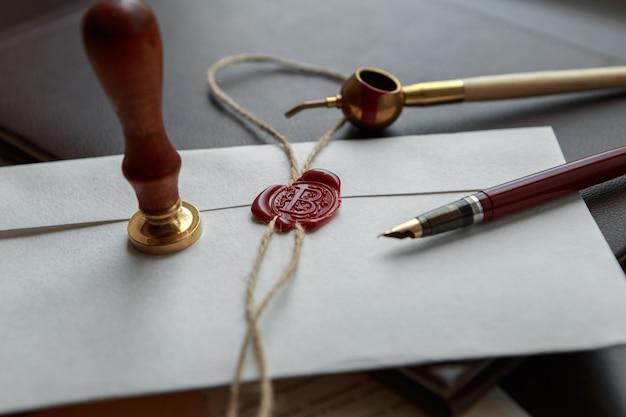 Caneta-tinteiro e antigo selo de cera notarial no documento, close-up