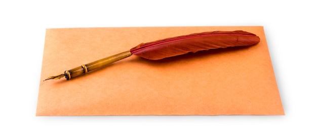 Caneta-tinteiro e envelope para escrever