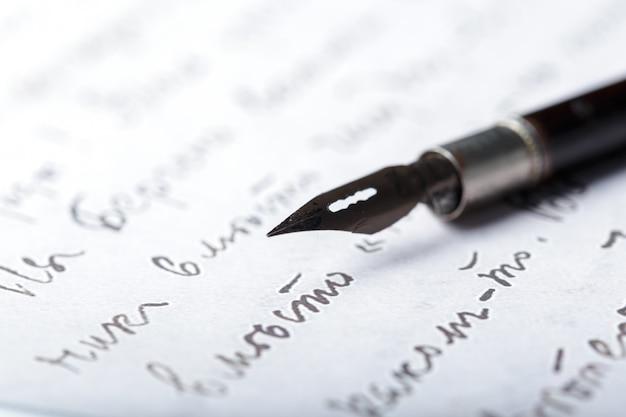 Caneta-tinteiro em uma carta manuscrita antiga