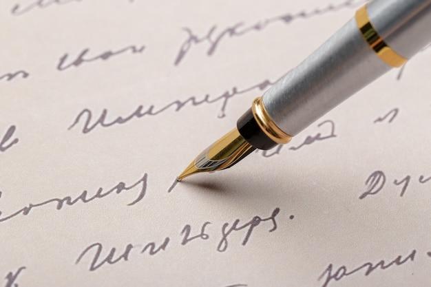 Caneta-tinteiro na página escrita